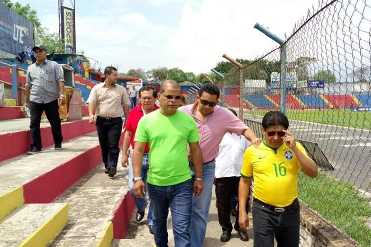 El técnico del FAS, Cristian Álvarez junto a las autoridades de El Salvador hicieron un recorrido por el estadio. (Foto Prensa Libre: Twitter Óscar Ortiz)