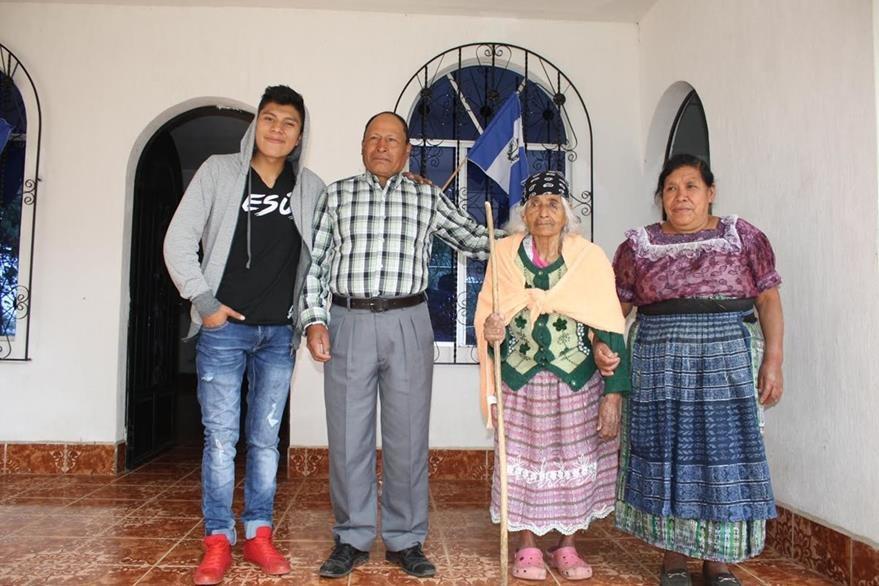 Doña Juana y su familia, quienes residen en Santa Lucía Utatlán, Sololá. (Foto Prensa Libre: Ángel Julajuj)