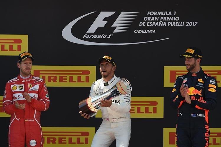 Lewis Hamilton festeja en el podio del Gran Premio de España. (Foto Prensa Libre: AFP)