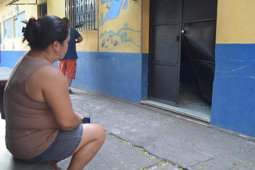 Varias puertas del establecimiento educativo, en la zona 1 de la cebecera de Retalhuleu, fueron dañadas por delincuentes. (Foto Prensa Libre: Jorge Tizol)