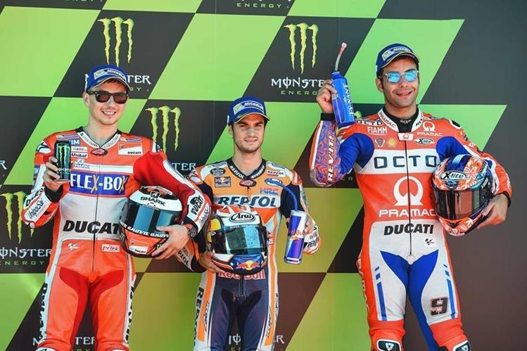 Dani Pedrosa (centro) junto a Jorge Lorenzo y Danilo Petrucci festejan luego de hacer el primero, segundo y tercer lugar en la clasificación del GP de Cataluña. (Foto Prensa Libre: AFP)