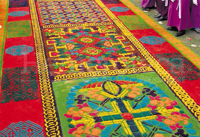 La alfombra presenta profusión de adornos de distintos colores. (Foto: Edwin Castro)