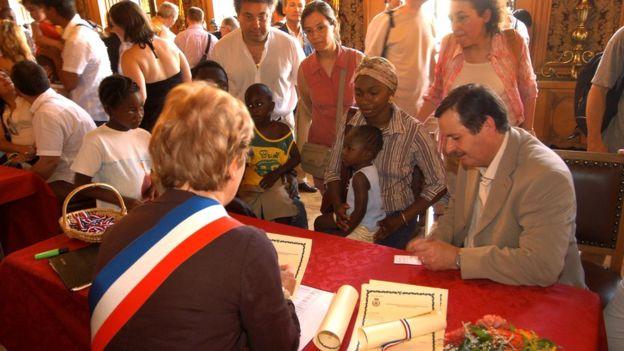 El bautismo civil es utilizado también por grupos de apoyo a los inmigrantes sin papeles como una herramienta para hacer visible la condición de estas personas. LILA MESS