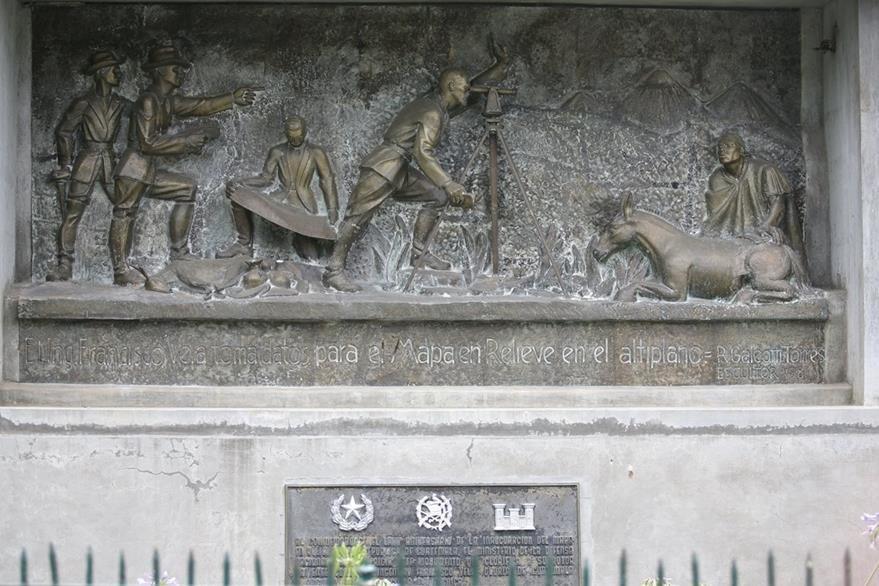 Monumento de Francisco Vela tomando datos para hacer el mapa en relieve. (Foto: Hemeroteca PL)