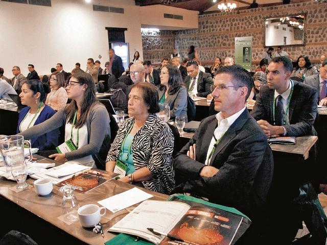Las principales firmas que transfieren dinero por remesas discutieron ayer en Antigua Guatemala sobre la tendencia del mercado latinoamericano. (Foto Prensa Libre: Renato Melgar)
