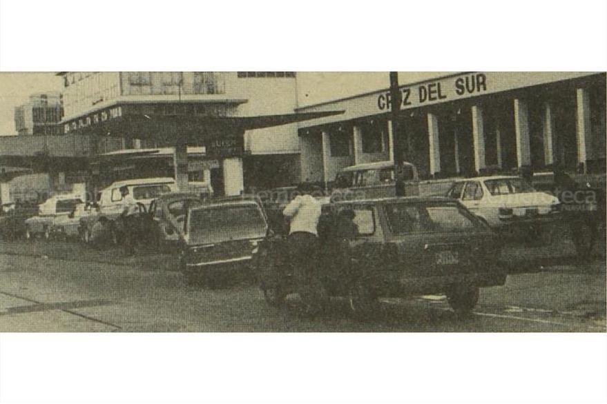 """""""Empujar la carreta"""" es otra frase propia de la jerga guatemalteca. Acá, un piloto empuja su carro que se quedó sin combustible. (Foto: Hemeroteca PL)"""