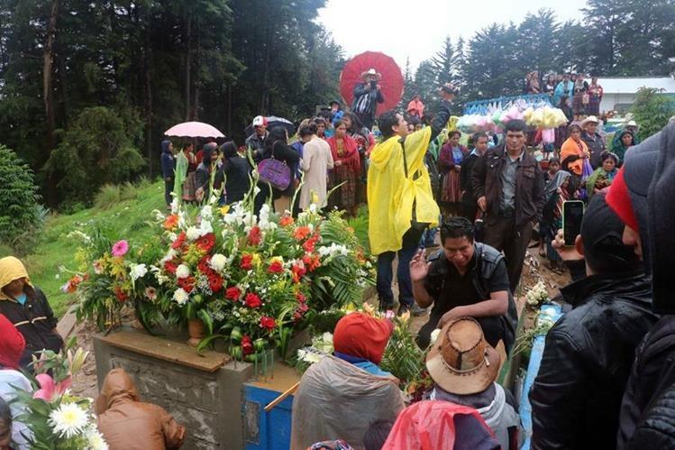 Claudia Gómez González fue sepultada en el cementerio local de su natal La Unión Los Mendoza, frente a familiares y decenas de pobladores. (Foto Prensa Libre: Carlos Ventura)