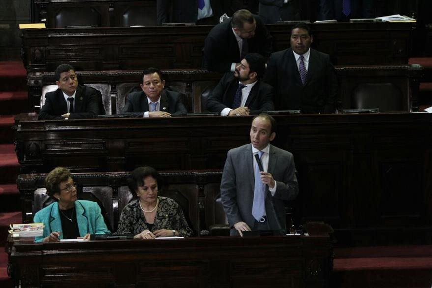 Jorge de León Duque, jefe de PDH, responde a preguntas de diputados. (Foto Prensa Libre: Erick Avila)
