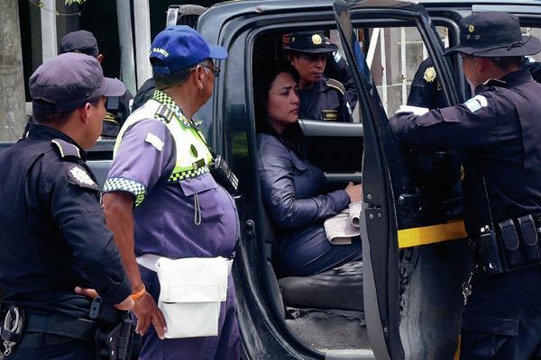 Glenda Judith Villafuerte Castañeda fue auxiliada por agentes de la PNC de Puerto Barrios, Izabal. (Foto Prensa Libre: Edwin Perdomo)