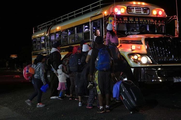 Niños acompañados de sus padres forman parte de los salvadoreños que se dirigen a Estados Unidos. (Foto Prensa Libre: Enrique Paredes)