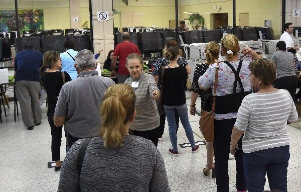 Varias personas acuden a votar en un centro de votación anticipada en Miami, Florida. (AFP).