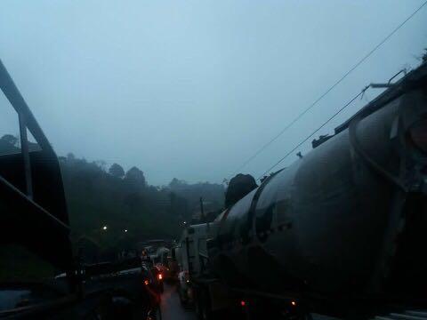 El accidente ha originado largas filas de vehículos. (Foto Prensa Libre: Eduardo Sam).