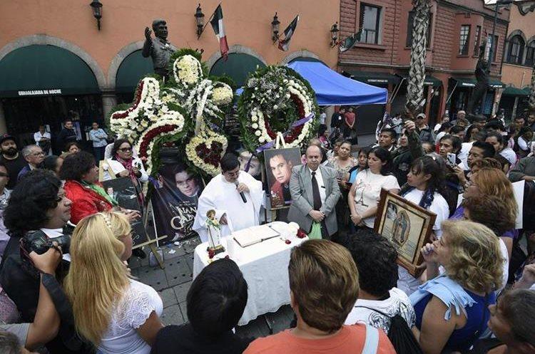 Fanáticos de Juan Gabriel participan en una misa para recordar al cantante (AFP).