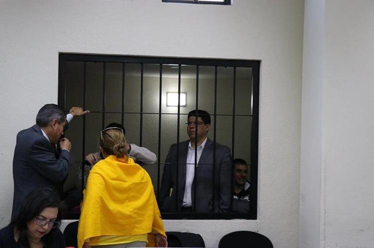 Durante un receso los señalados en el caso por corrupción en Xela aprovecharon para hablar con sus abogados defensores. (Foto Prensa Libre: María Longo)