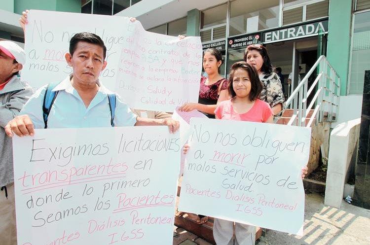 Pacientes renales protestan frente a las oficinas del IGSS por el mal servicio de la empresa PISA. (Foto Prensa Libre: Hemeroteca PL)