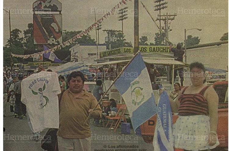 Desde tempranas horas vendedores  de playeras, banderas guatemaltecas promocionaban el encuentro entre las selecciones de Guatemala y Costa Rica. Hacía tiempo que no se veía el estadio colmado de aficionados. (Foto: Hemeroteca PL)