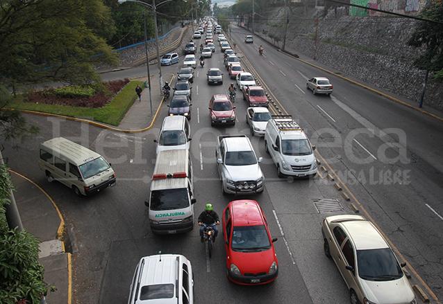 Tras 46 años de su inauguración el viaducto de la 24 calle resulta insuficiente en las horas pico de tránsito. (Foto: Hemeroteca PL)
