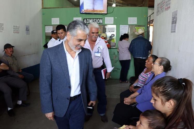 El presidente del IGSS habla con pacientes afiliados al Seguro Social en Jalapa, a quienes pregunta sobre la atención que reciben. (Foto Prensa Libre: Hugo Oliva)