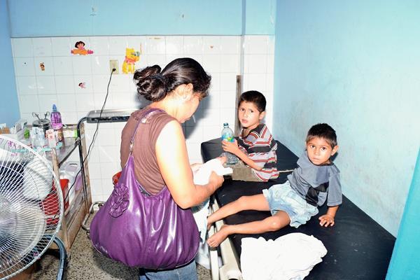 Dos de  los niños intoxicados  son atendidos en la emergencia del Hospital Regional de Zacapa. (Foto Prensa Libre: Víctor Gómez)