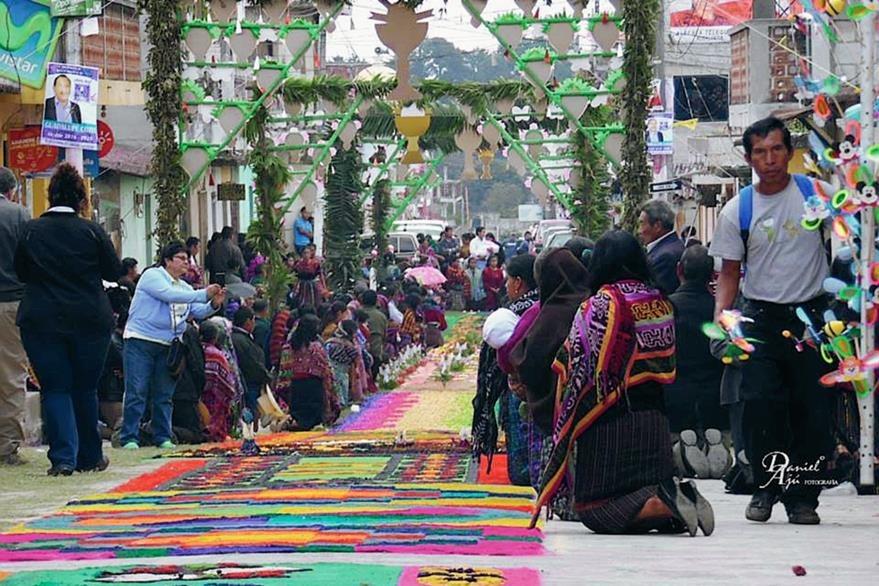 En Patzún, Chimaltenango, las calles se vistieron de colores con las alfombras de aserrín. (Foto Prensa Libre: Facebook, Patzún tierra de girasoles)