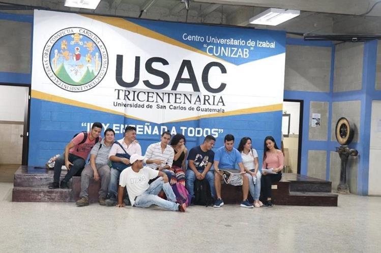 Grupo de estudiantes que participaron en el bautizo del fin de semana. (Foto Prensa Libre: Dony Stewart)