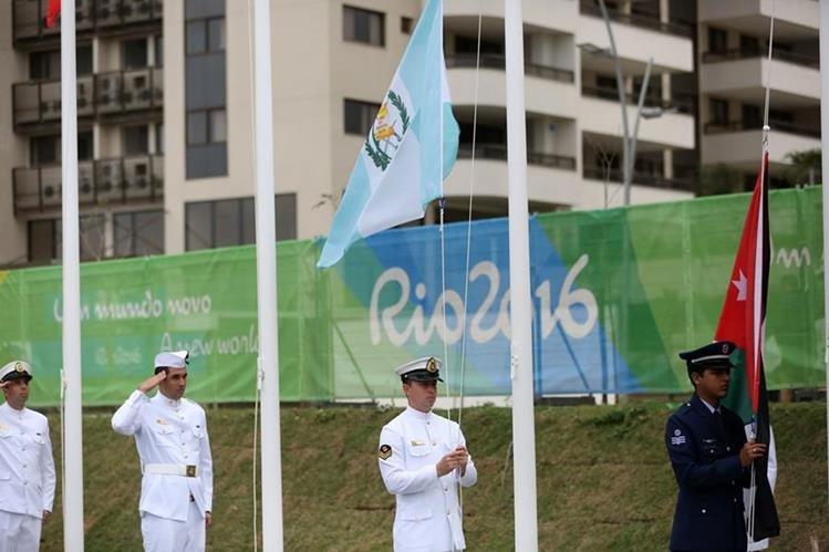 La bandera guatemalteca es izada en la Villa Olímpica este miércoles. (Foto Prensa Libre: EFE).