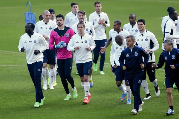 Los jugadores del Oporto se entrenaron esta mañana en el  estadio Dragao de Oporto. (Foto Prensa Libre: EFE)