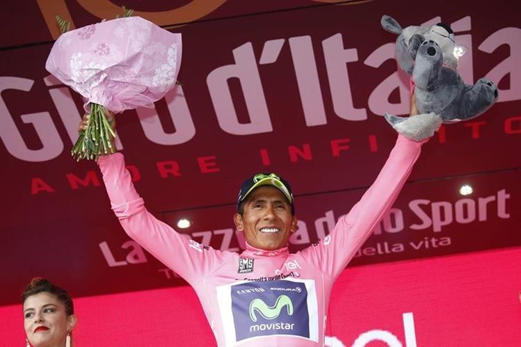 Nairo Quintana festeja el liderato del Giro de Italia. (Foto Prensa Libre: AFP)