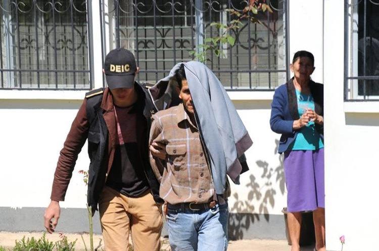 Florencio Urizar es trasladado al preventivo para hombres en Santa Cruz del Quiché. (Foto Prensa Libre: Héctor Cordero)