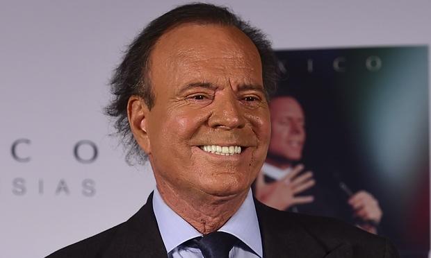 Julio Iglesias, nacido en Madrid en 1943, es uno de los artistas hispanos más exitosos de todos los tiempos. Ha vendido más de 300 millones de discos. (Foto Prensa Libre: rapidleaks.com).