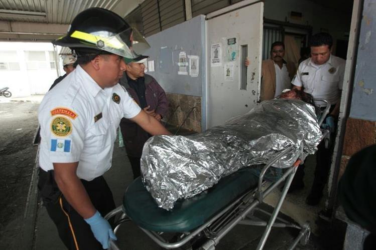 Los Bomberos Voluntarios ingresan a María Xocochip al Hospital San Juan de Dios. (Foto Prensa Libre: Erick Ávila)