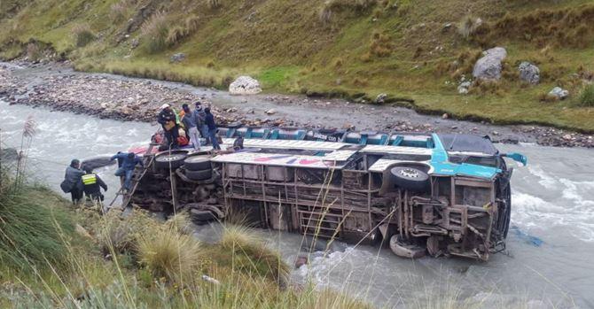 Al menos 23 personas murieron al caer el autobús al río. (Foto tomada del sitio: www.andina.com.pe).