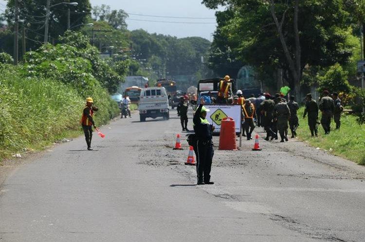 Unos 18 efectivos de seguridad ciudadana tienen a su cargo la regulación del tránsito en el lugar.(Foto Prensa Libre: Enrique Paredes)