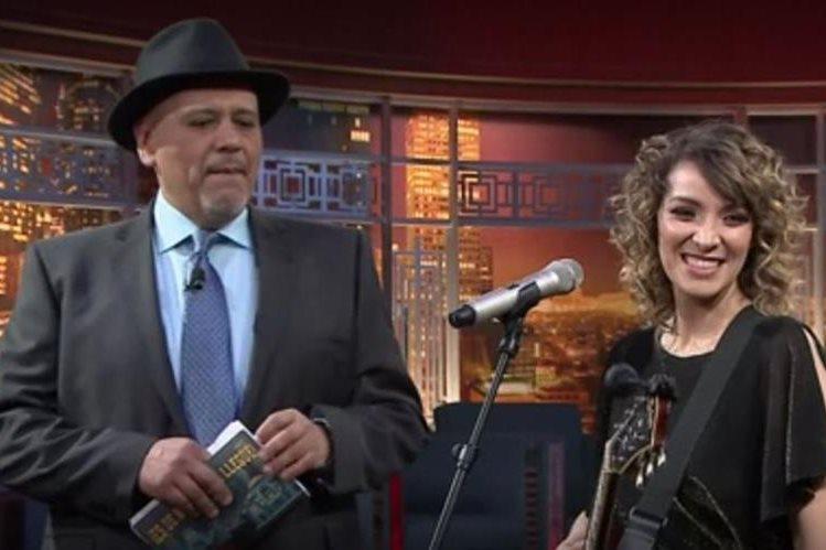 René Franco junto con Gaby Moreno en el programa ¡Es de Noche!... y ya llegué. (Foto Prensa Libre: Tomada de blim.com)