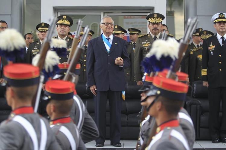 Desfile de honor saludó al presidente Alejandro Maldonado. (Foto Prensa Libre: Edwin Bercián)