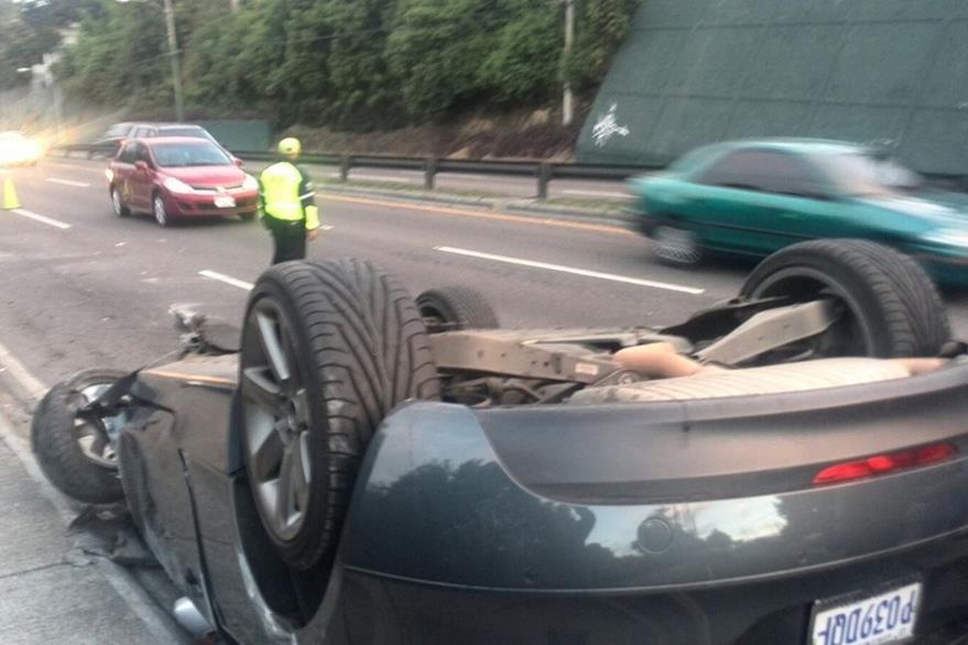 El vehículo de Mauricio López Oliva quedó volcado en el columpio de Vista Hermosa, zona 15. (Foto Prensa Libre: Erick Ávila)