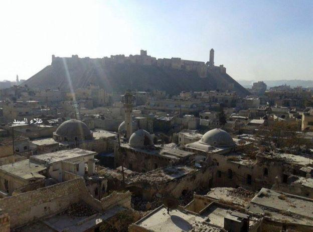 Una fotografía que Al Sayyed tomó en los últimos días revela los graves daños en el casco antiguo de la ciudad.  ALEPPO NATIONAL ARCHIVES