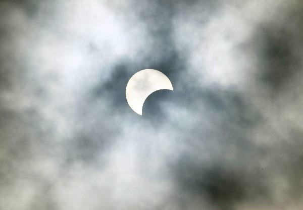 Parte de un eclipse solar es visto desde Abiyán, Costa de Marfil. (EFE).