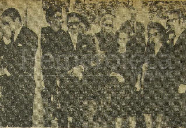 De izquierda a derecha: Jacobo Árbenz Vilanova, Octavia Guzmán viuda de Árbenz, María Cristina Vilanova de Árbenz y otros familiares durante el sepelio del coronel Jacobo Árbenz Guzmán en San Salvador. (Foto: Hemeroteca PL)