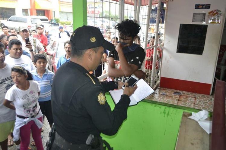 Edwin Enrique Rivera es aprehendido por agentes de la PNC en Puerto Barrios, luego de haber sido sorprendido en un local comercial. (Foto Prensa Libre: Dony Stewart)