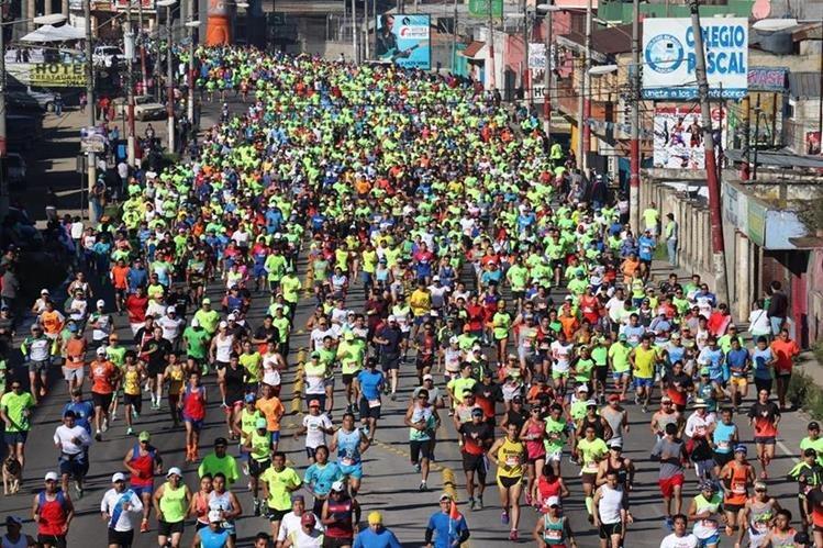 Cientos de atletas participan en el medio maratón Xela 21K del 2017, en Quetzaltenango. (María José Longo)
