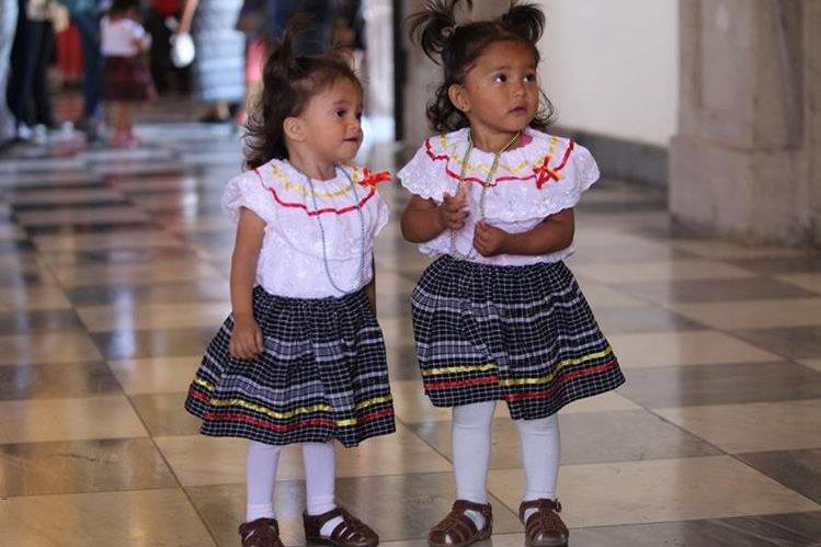 Las gemelas Oliva Beltrán son llevadas por su madre, cada año, a visitar el santuario de Guadalupe en la zona 1. (Foto Prensa Libre: Érick Ávila)