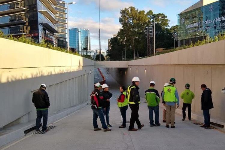 Equipo de la Municipalidad de Guatemala supervisa los trabajos finales en el paso a desnivel construido frente a Oakland Mall, zona 10. (Foto Prensa Libre: Cortesía)