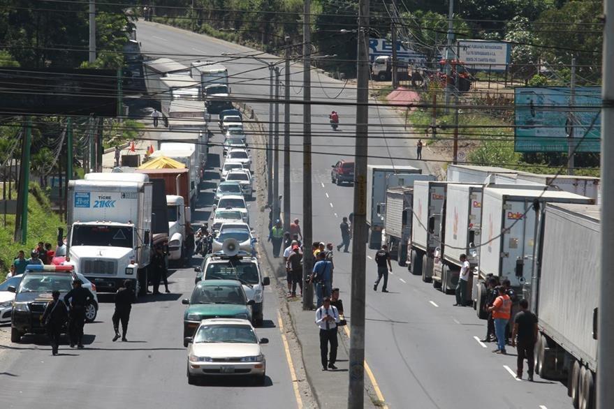 Los pilotos han bloqueado parcialmente rutas principales de ingreso a la capital como protesta a las restricciones de circulación. (Foto Prensa Libre: Hemeroteca PL)
