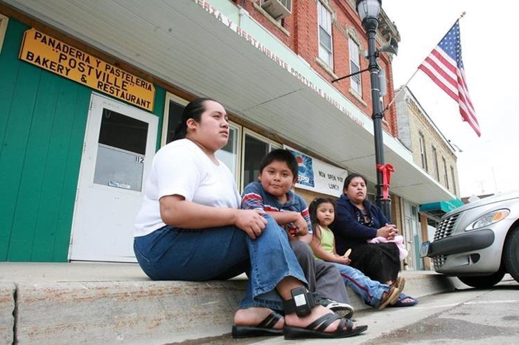 María Consuelo Equila, originaria de San José Calderas, Guatemala, junto a sus hijos, muestran, en las calles de Postville, Iowa, el brazalete de tobillo, proporcionado por el gobierno de EE.UU, para localizarla en cualquier momento (mayo 2015). (Foto Hemeroteca PL)
