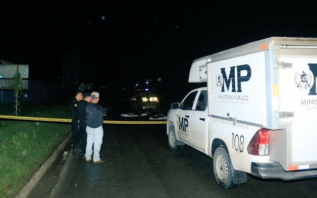 Ministerio Público en el lugar donde murieron dos motoristas en accidente de tránsito en Izabal. (Foto Prensa Libre: Dony Stewart)