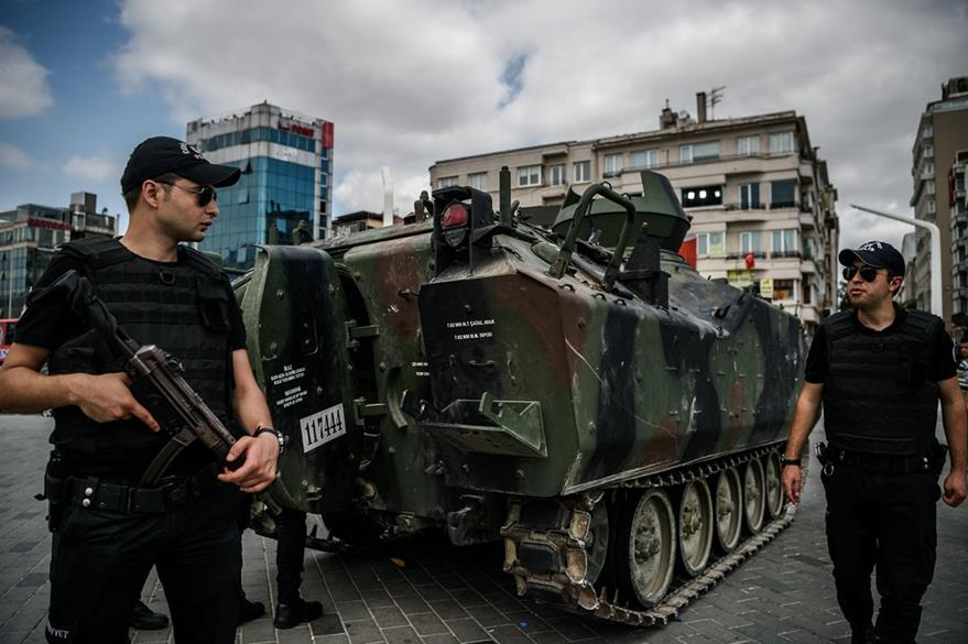 Policías resguardan un tanque del Ejército turco en Estambul. (Foto Prensa Libre: AFP).