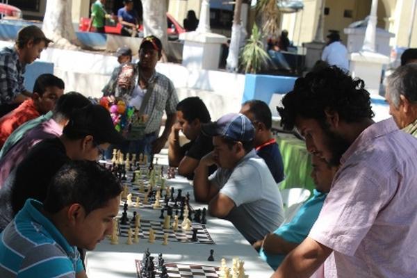 """<p>Ajedrecistas participan en torneo organizad al aire libre en la cabera de Jutiapa. (Foto Prensa Libre: Óscar González)<br _mce_bogus=""""1""""></p>"""