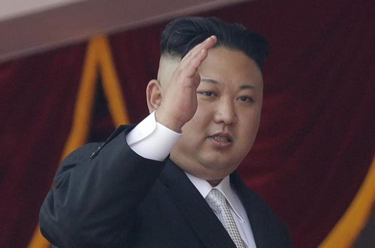 El líder norcoreano, Kim Jong Un, saluda durante un desfile militar en Pionyang, Corea del Norte. (AP).