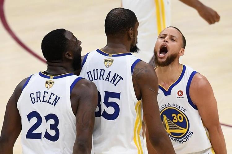 Kevin Durant (centro), festeja con sus compañeros Green y Curry, durante el partido entre Warriors y Cavaliers. (Foto Prensa Libre: AFP)